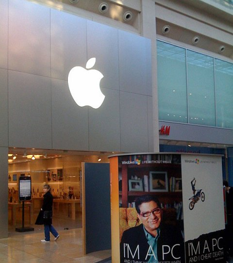 Microsoft установила свой киоск снаружи магазина Apple