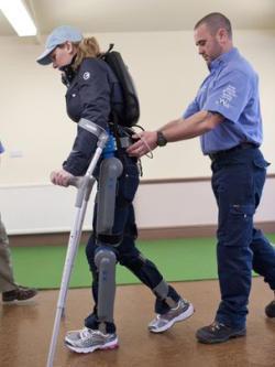 Клэр Ломас  - первая женщина-марафонец с экзоскелетом