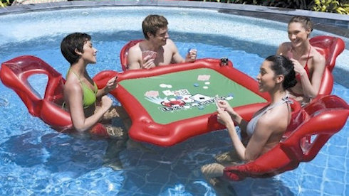 Плавающий столик для игры в покер в бассейне