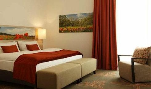 Чтобы хорошо отдохнуть в Германии или Португалии, нужно заранее забронировать номера в гостиницах
