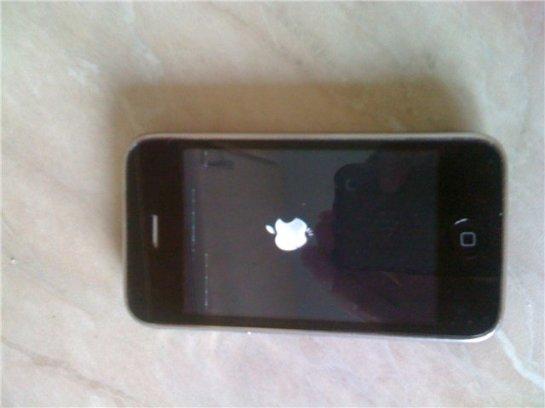 iPhone висит на яблоке