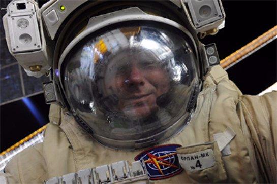 Космонавт сделал селфи в космическом пространстве
