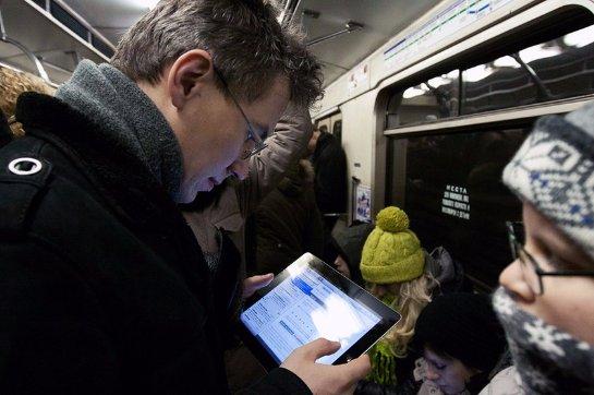 Хакеры запустили в метро видео с «клубничкой»