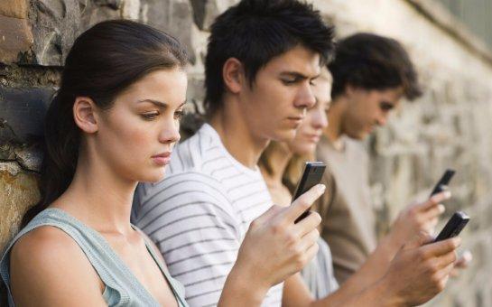 Проведен опрос, как американцы относятся к использованию смартфона в различных жизненных ситуациях