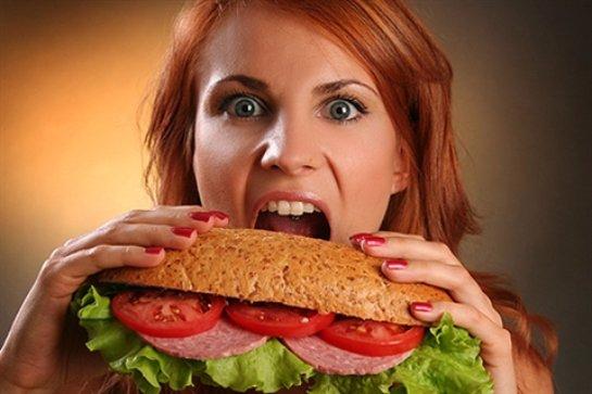 Ученые пришли к выводу, что заставляет человека переедать