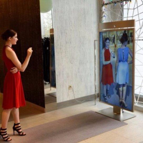 «Умные» зеркала дают возможность виртуально «примерять» одежду