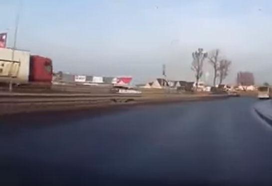 Шокирующий маневр дальнобойщика (Видео)