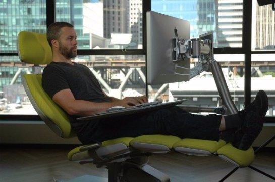 Американцы создали  компьютерное рабочее место, за которым можно лежать