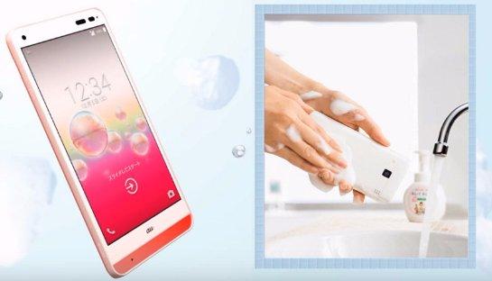 Японцы изобрели телефон, который можно мыть