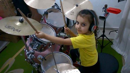 ВИДЕО: 5-летняя барабанщица удивляет людей