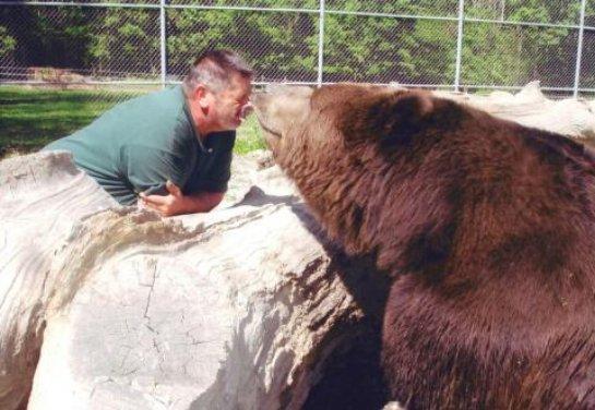 Джим и Джимбо: многолетняя дружба человека и медведя (ВИДЕО)