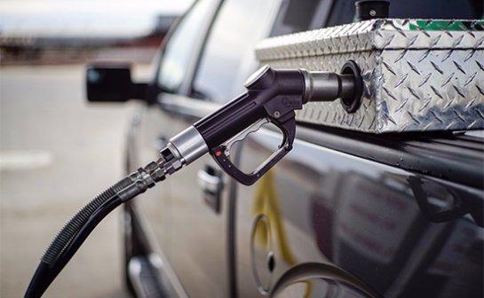 В США бензин подешевел до 3 гривен за литр