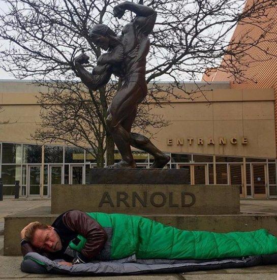 Звездные причуды: Шварценеггер в образе бомжа разлегся под собственным памятником (Видео)