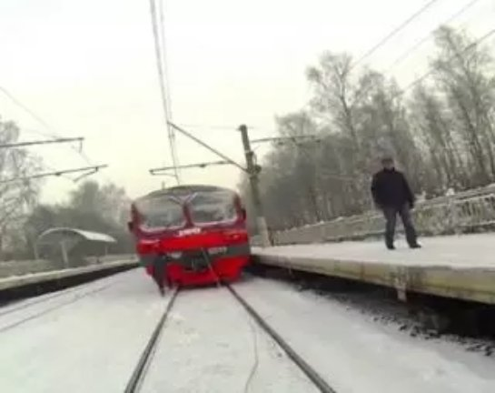 Лыжник оседлал поезд (ФОТО+ВИДЕО)