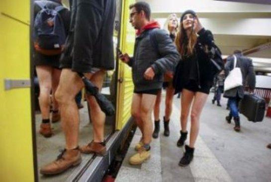 Веселый флешмоб: пассажиры метро без штанов позабавили Сеть