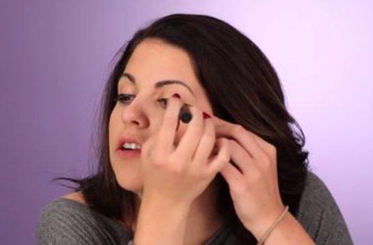 Видеохит: как женщины красятся без зеркала (видео)