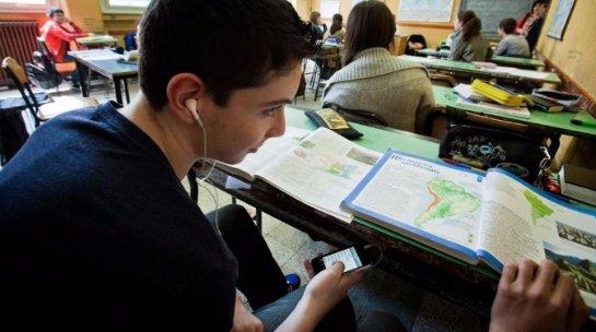 Еще в одной российской области хотят запретить использование смартфонов в школьное время