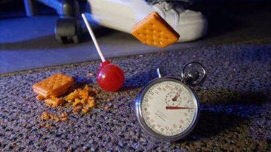 Быстро поднятая упавшая еда все равно опасна для здоровья