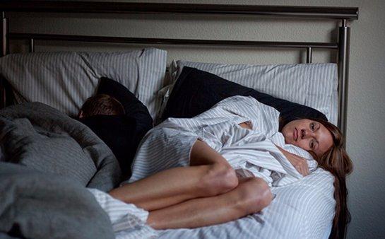 Совместный сон с любовным партнером провоцирует недосып