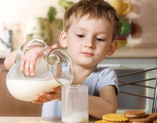 Чтобы у ребенка не было ожирения, ему следует давать молоко