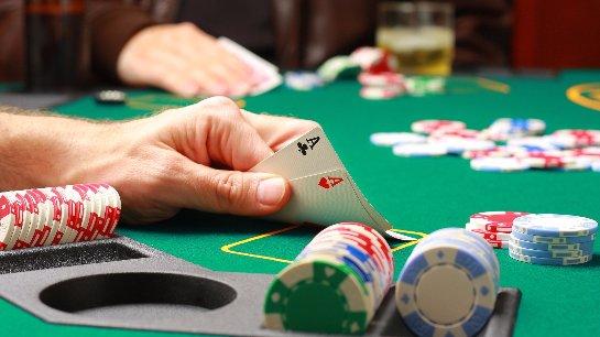 Все о покере в сети: правила, комбинации и надежные клубы