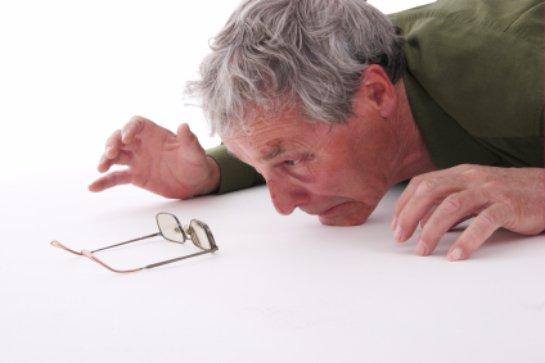 Люди, у которых болит спина,  чаще падают