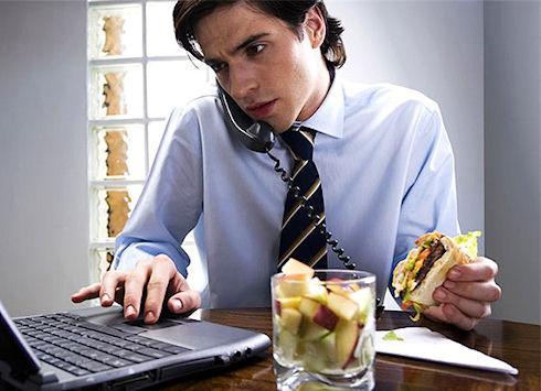 Ученые доказали вред приема пищи за компьютером
