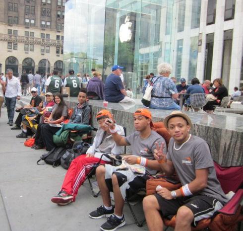 В Нью-Йорке образовалась живая очередь за iPhone 5
