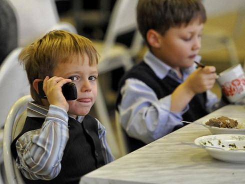 Приморских школьников лишат сотовой связи