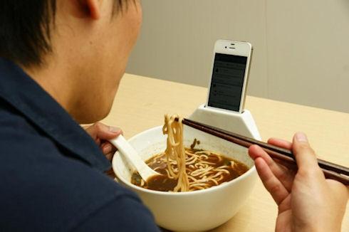 Еда смартфону не помеха