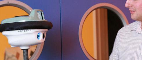 Робот QB заменил живого мальчика в доме и школе