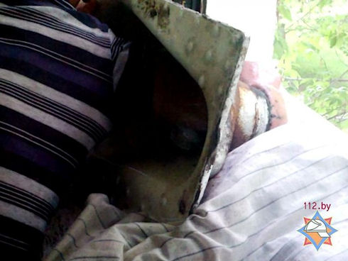 Мужчина застрял в унитазе, спасая телефон