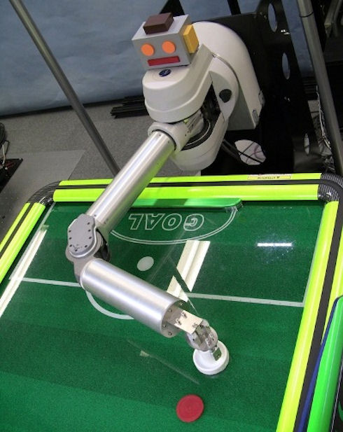 Новый японский робот для аэрохоккея