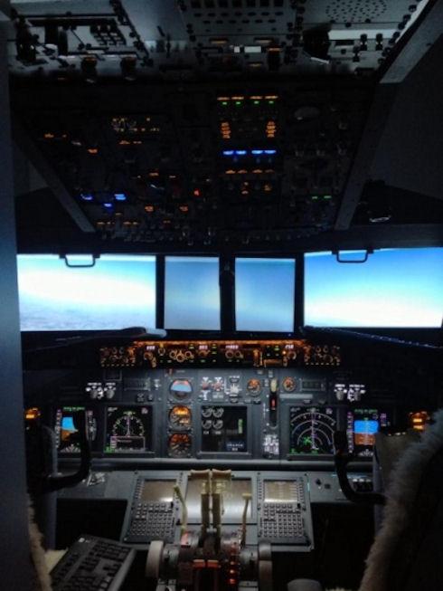 Бармен построил копию кабины Boeing 737 у себя дома