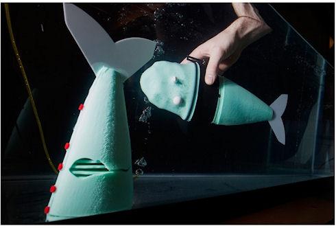 Робот рыба плавает на углекислом газе