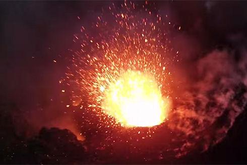 Квадрокоптер впервые использовали для съемок извержения вулкана