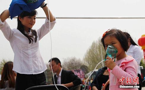 В Китае активисты развозят по городам чистый воздух