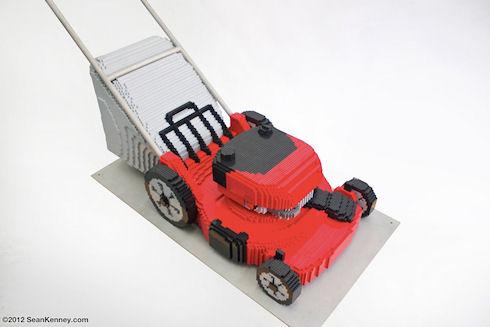 Художник собрал полномасштабную газонокосилку из конструктора LEGO