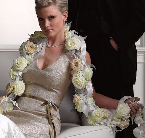 Цветы на плечах невесты