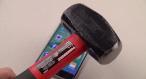 Флагман Samsung покалечили ножом и добили кувалдой