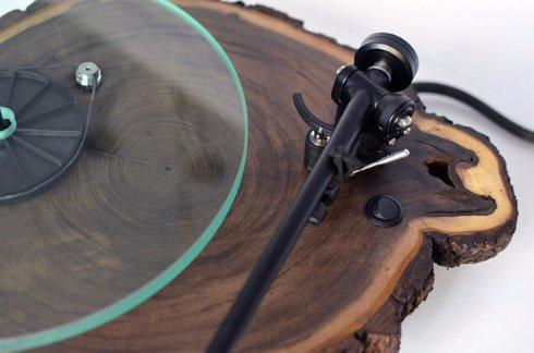 Из дерева создали виниловый проигрыватель