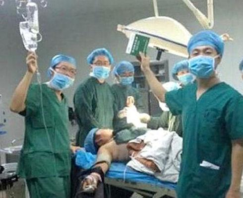 Китайских врачей уволили за селфи во время операции