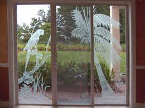 Красочное окно: как сделать гравировку на пластике и на стекле?
