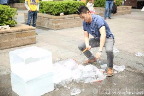 Молоток помог китайцу заполучить замурованный в лёд смартфон