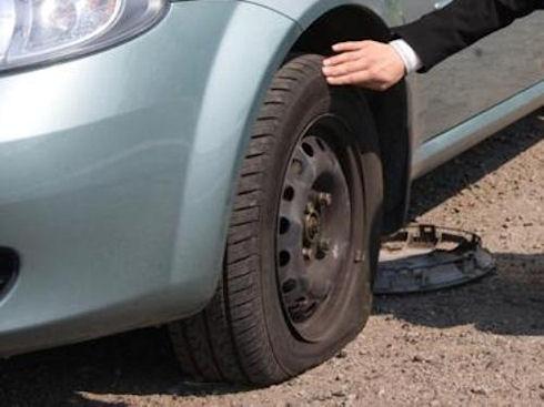 Что делать, если на дороге пробило колесо