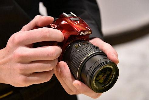 Nikon презентовала фотокамеру с поворотным сенсорным экраном