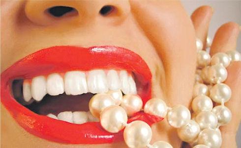 Отбеливаем зубы народными методами
