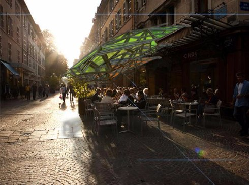 Парижские кафе оснастят экологичными солнечными зонтиками
