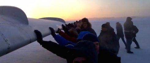 Пассажиры, толкавшие самолёт Ту-134, всего лишь делали «селфи»