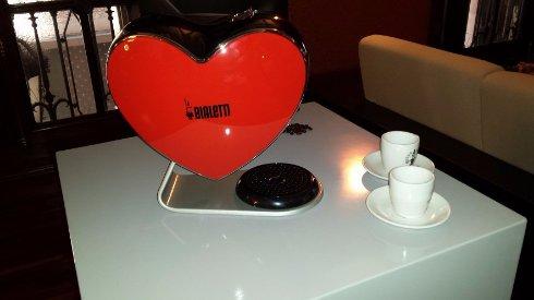 Представлена уникальная кофемашина в форме сердца